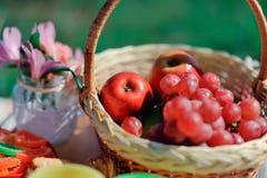 Korb mit Frucht und Blumen Lizenzfreie Stockbilder