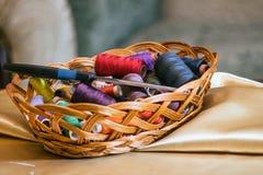 Korb mit gefärbt lizenzfreie stockfotos