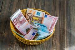 Korb mit Geld von den Spenden Lizenzfreies Stockfoto