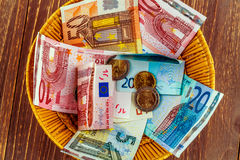 Korb mit Geld von den Spenden Lizenzfreie Stockfotografie