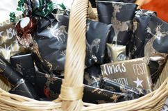 Korb mit Geschenken während der Adventszeit Stockfotografie