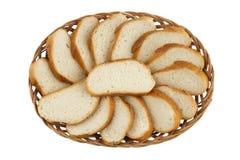 Korb mit geschnittenem Laib des Brotes Lizenzfreie Stockfotos