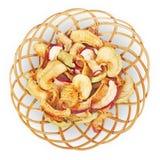 Korb mit getrockneten Äpfeln auf weißem Hintergrund Stockfoto