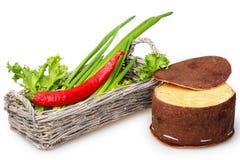 Korb mit grünen Zwiebeln und roten Pfeffern, Käse Stockbild