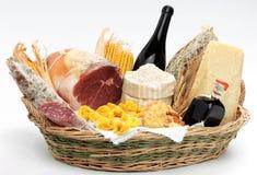 Korb mit italienischer Nahrung Lizenzfreie Stockfotos