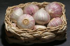 Korb mit köstlichen Knoblauchknollen Stockfoto