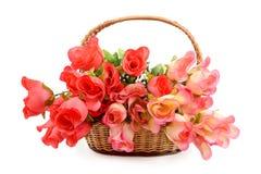 Korb mit künstlichen Blumen Stockfoto