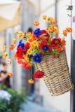 Korb mit künstlichen Blumen Lizenzfreies Stockfoto