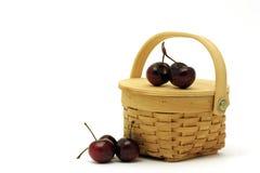Korb mit Kirschen stockfotografie