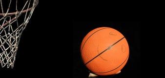 Korb mit lächelndem Basketball in der Hand Lizenzfreie Stockbilder