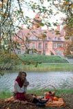Korb mit Lebensmittel-Bäckerei Autumn Picnic lizenzfreies stockbild