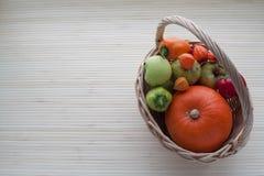 Korb mit Obst und Gemüse Lizenzfreies Stockfoto
