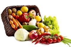 Korb mit Obst und Gemüse auf einem weißen Hintergrund Stockfotos