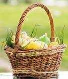 Korb mit Ostereiern Lizenzfreies Stockfoto
