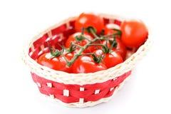 Korb mit reifen Tomaten Stockbild
