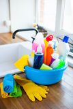 Korb mit Reinigungseinzelteilen auf undeutlichem Hintergrundweiß citchen C Lizenzfreies Stockfoto