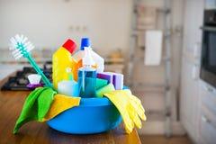 Korb mit Reinigungseinzelteilen auf undeutlichem Hintergrundweiß citchen C Lizenzfreie Stockfotografie