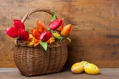 Korb mit Tulpen und Eiern Stockbilder