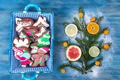 Korb mit Weihnachten- und neues Jahr ` s Backen Lizenzfreie Stockfotos