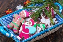 Korb mit Weihnachten- und neues Jahr ` s Backen Stockbilder