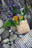 Korb mit wilden Blumen Stockfoto