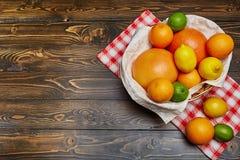 Korb mit Zitrusfrucht Stockfotos