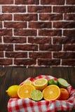 Korb mit Zitrusfrucht Stockbilder