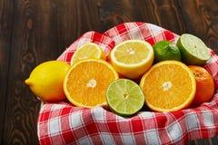 Korb mit Zitrusfrucht Stockfoto