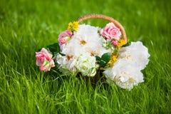Korb voll der Blumen Lizenzfreies Stockbild