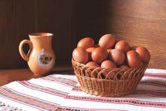 Korb voll der Eier Stockfoto