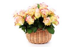 Korb voll der Rosen lizenzfreies stockfoto