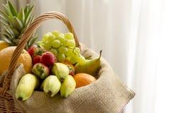 Korb voll von Früchten auf einem hellen Hintergrund - hoher Schlüssel Lizenzfreie Stockbilder