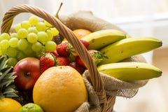 Korb voll von Früchten auf einem hellen Hintergrund - hoher Schlüssel Lizenzfreies Stockfoto