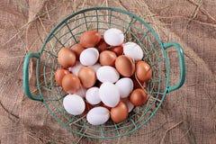 Korb voll von frischen Eiern stockbilder