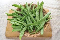 Korb voll von grünen Bohnen stockfotos