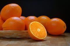 Korb voll von Orangen Stockbild