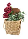 Korb voll von roten Rosen Lizenzfreies Stockbild