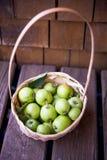Korb von Äpfeln Stockfoto