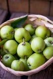 Korb von Äpfeln Stockfotos
