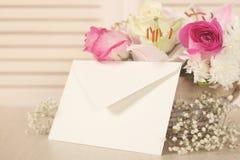 Korb von Blumen und von Umschlag Stockbild