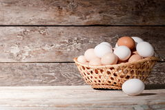 Korb von Eiern auf dem Tisch, auf dem Bauernhof Stockfotos