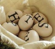 Korb von Eiern mit Buchstaben auf weichem Stoff Lizenzfreie Stockfotos