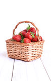 Korb von Erdbeeren auf weißem Hintergrund Lizenzfreie Stockbilder