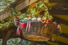 Korb von Früchten und von Blumen Stockfoto