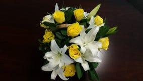 Korb von gelben Rosen und von weißen Lilien - Energie von Blumen Lizenzfreies Stockfoto