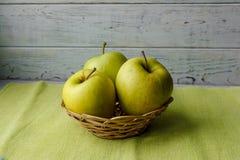 Korb von grünen Äpfeln Stockfotografie
