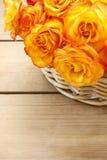 Korb von orange Rosen Lizenzfreies Stockfoto