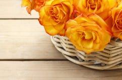 Korb von orange Rosen Stockfotografie