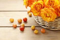 Korb von orange Rosen Stockbilder