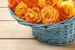 Korb von orange Rosen Lizenzfreie Stockfotos